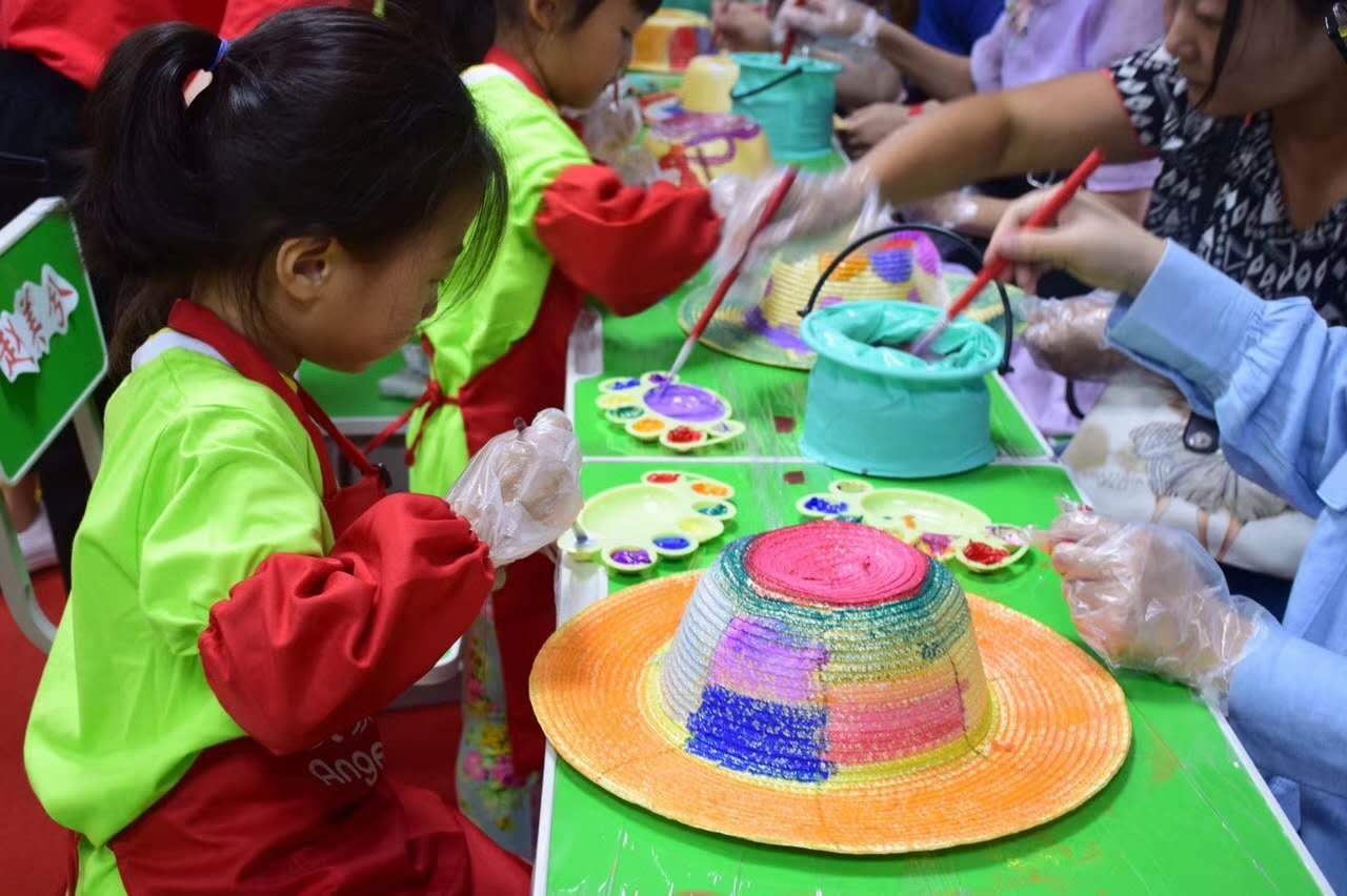每个小朋友拿到草帽后迫不及待的来到diy区和父母们发挥自己的手绘