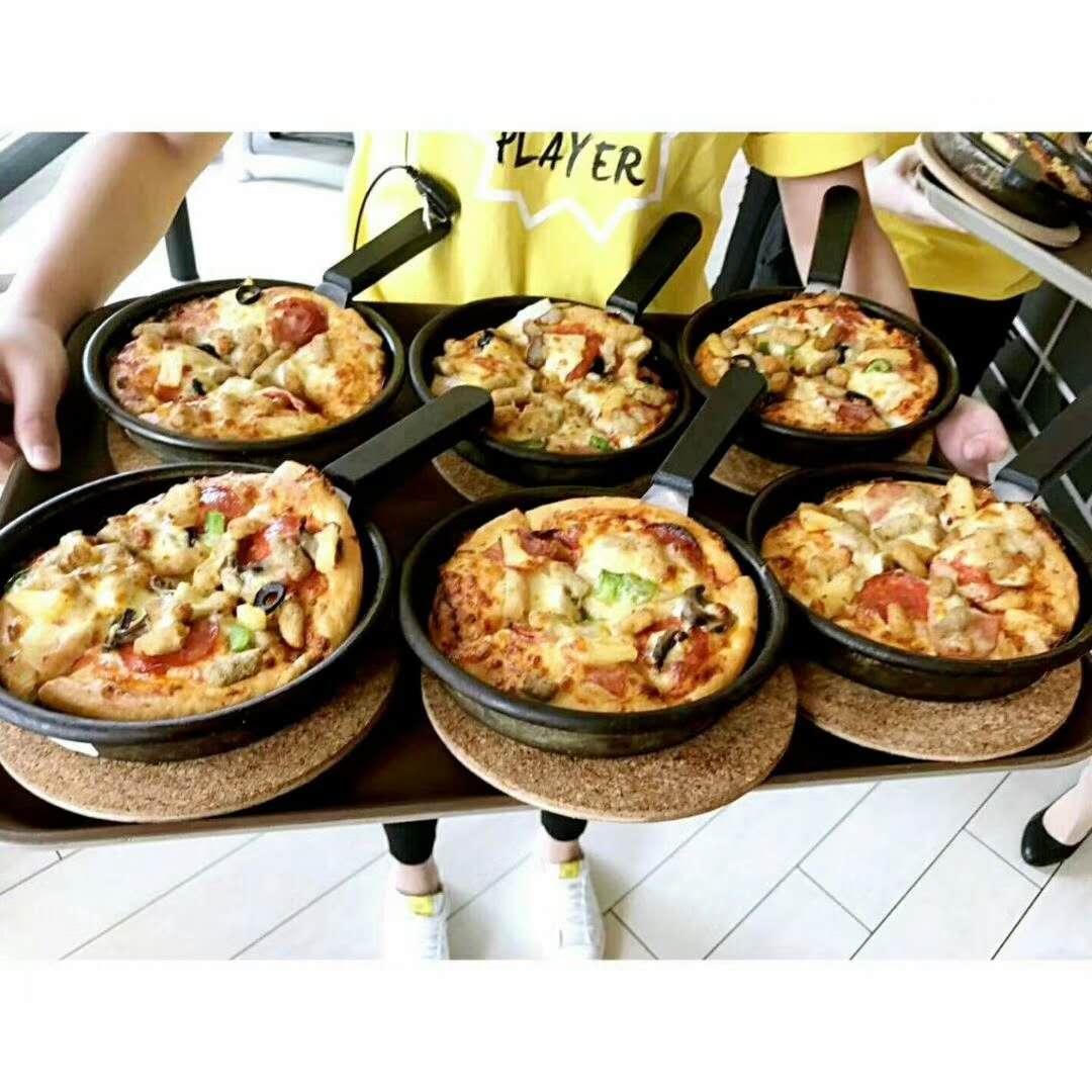 了解了披萨的制作流程后,孩子们在工作人员和安亲老师的帮助