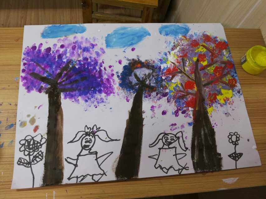 孩子们的第一堂创意美术课,老师先从色彩基础开始.